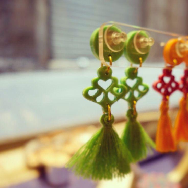 La vetrina @ilsalottogenova ... Vista da dentro  #ghirigori #verde#arancio #bijouxfg #ilsalottogenova#visualmerchandising #boutique #genova #vicoli #misthave #resina #nappina #cotone #handmade #musthave #jewels #igersgenova#bijouxlovers #bijouxfgaddicted #customizeyourjewelry