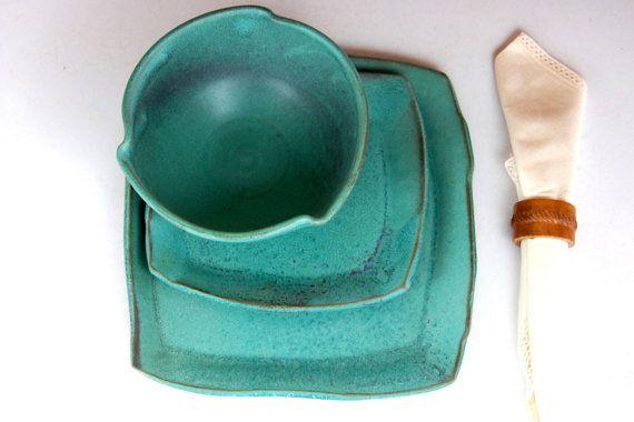 Sur mesure - peut prendre 3-6 semaines pour terminer.  Ce paramètre de place de la poterie dans notre émail turquoise est tout ce dont vous avez besoin pour un service de table complet. Notre ensemble de vaisselle de poterie à la main est livré complet avec assiette, bol soupe et assiette à salade. Nous handcraft chaque plaque de dalles en grès. Ces plaques sont organiques en forme et ils font un ensemble tout à fait unique.  Lassiette mesure environ 10  Lassiette de salade mesure environ…