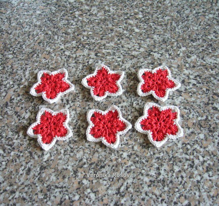 Vánoční hvězdičky X/14 Sada 6ks háčkovaných hvězdiček z červené a bílé Camilly. Velikost hvězdiček je cca 6 cm. Hvězdičky jsou bez očka. Můžete je zavěsit na stužku nebo háček. Neškrobeno.