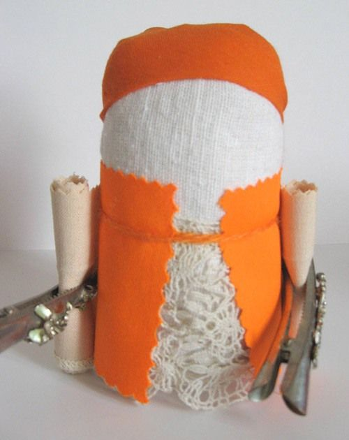 """Куколка """"Крупеничка"""" (другие названия """"Зернушка"""", """"Зерновушка"""", """"Горошинка"""") − это оберег на сытость и достаток в семье. Традиционно куклу наполняли гречишным…"""