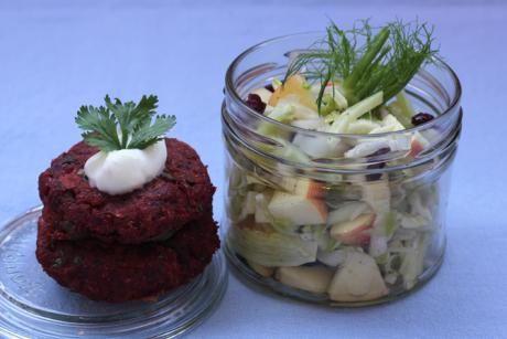 Knusprige Randenküchlein habe ich letztens im Hiltl auf mein Teller geladen und war ganz hin und weg. Das Rezept hier ist eine abwandelte Variante der Randen-Cutles aus Vegan Lovestory. Dazu gibts einen blitzschnellen Fenchel-Chicoréesalat mit Äpfeln und Cranberries.Für 12 Patties 2 mittelgrosse, rohe Randenknollen (= Rote Bete) 2 mittelgrosse Kartoffeln (mehligkochend) 1 kleine, grüne Chilischote 1 kleine Zwiebel 50 g Erbsen (tiefgekühlt) 80 g Kichererbsenmeh...