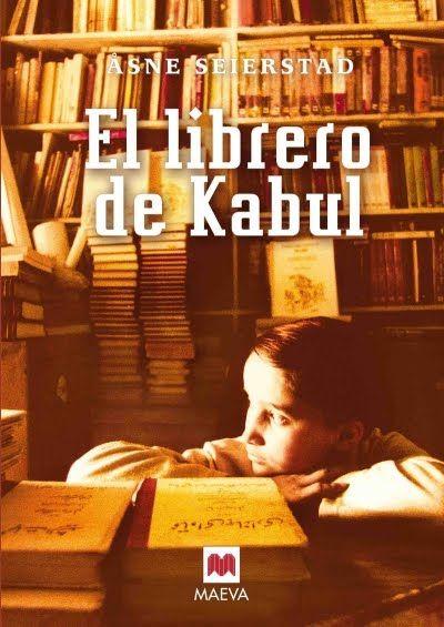 El año 2002, cuando los talibanes se retiraron de Afganistán, la periodista Åsne Seierstad, se trasladó a la capital del país. Se alojó en casa de la familia del librero Sultan Khan, lo que le permitió vivir con una familia afgana, conocer el mundo íntimo de las mujeres y la camaradería de los hombres, en un pueblo dividido entre la tradición y la modernidad.  Un relato sobre la dignidad, el coraje y el amor por los libros en uno de los testimonios más conmovedores sobre la sociedad afgana