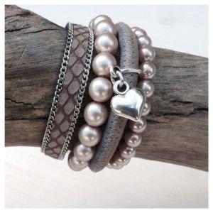 Set van vier armbanden, twee kralenarmbanden van glas, een leren band met schakelketting van taupe reptiellier en een ronde leren band in de kleuren grijs/taupe met een glans erin.