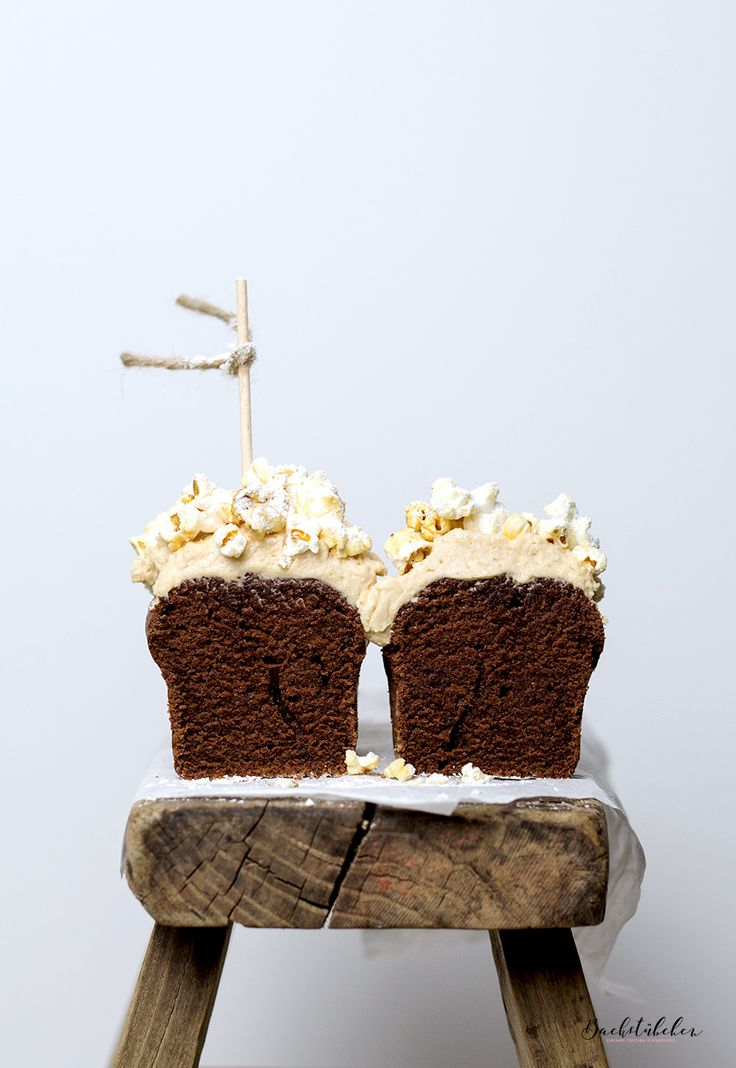 Mini-Schokokuchen mit Erdnussbutter-Frosting und Popcorn-Topping. Nom nom nom nom.