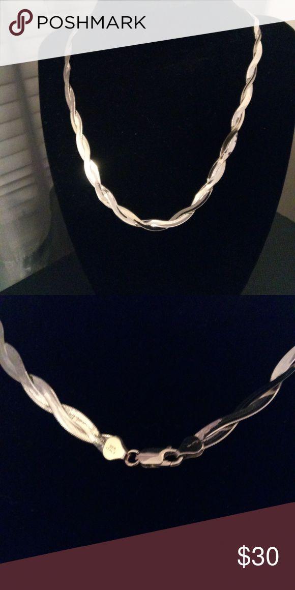 Sterling Silber doppelt geflochtene Twist Halskette. Hergestellt aus Italien. Ungefähr 19 …