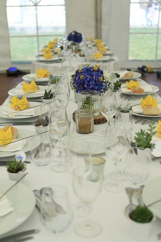 Tables sous chapiteau. Décoration bleu et jaune;