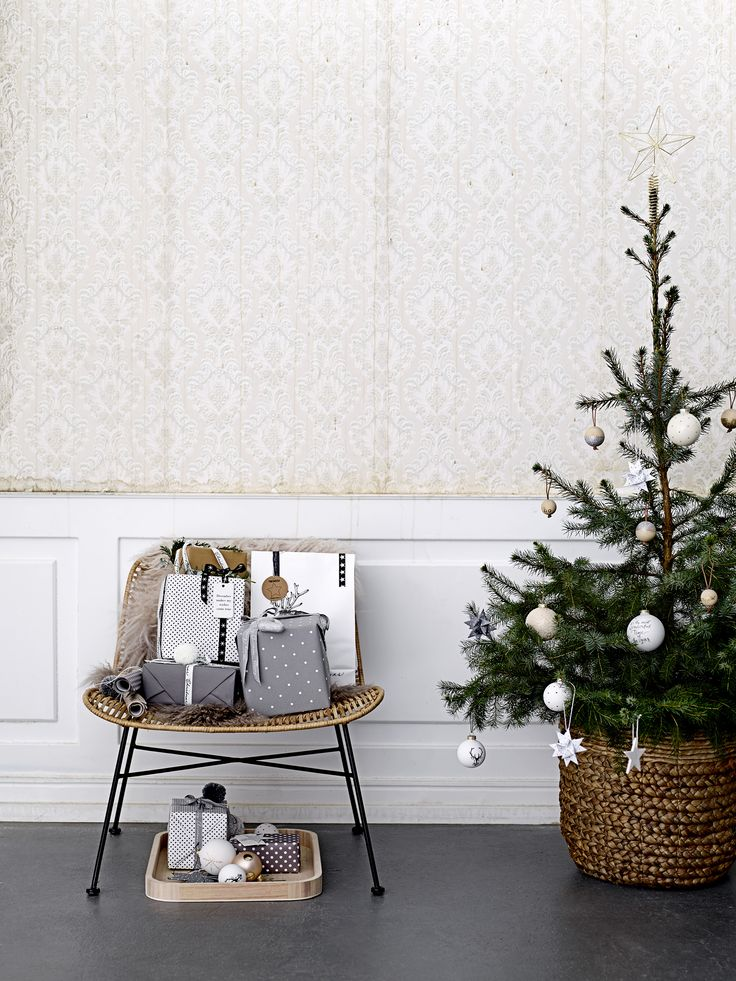 CHRISTMAS 2017: The winter is gettng closer still and before we know it Christmas is at hand. This year's ornaments is inspired by shapes and materials from nature added a bit of Christmas sparkle. Let your Christmas decoration be inspired by just the right portion of natural beauty and glitter.. Design by Bloomingville