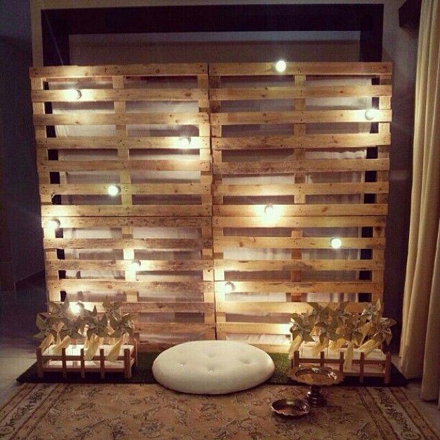 ideia para entrada da casa, uma parede de paletes e luzes ecocologicas