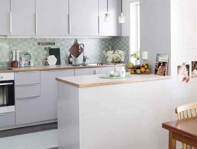 Överallt i köket syns vackra stilleben. Kastrullen på spisen kommer från Ikea.