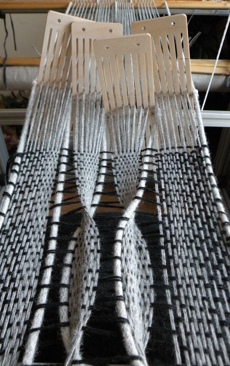 Weaving with modules of rigid heddles allows to make twists in the warps. | Kadi Pajupuu