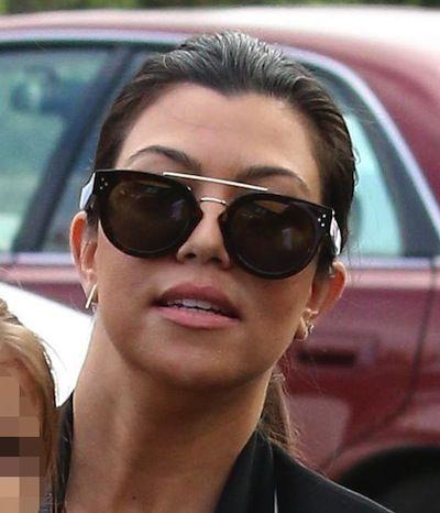 Kourtney Kardashian trug ihr super lange dunkelbraune Haare in einem Mittelteil und Pferdeschwanz, wie sie und die erweiterte Jenner-Kardashian-Familie zur Kirche am Ostersonntag.