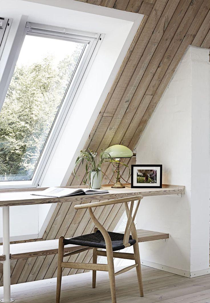 Det usædvanlige og spændende hus med udsigt over Silkeborgsøerne og skoven som baghave er inspireret af stjernearkitekten Frank Lloyd Wrights mesterværk Falling Water.