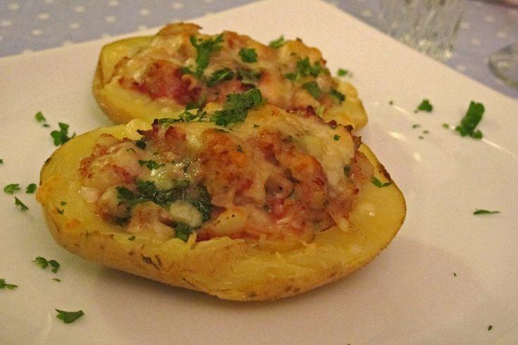Fylte poteter, eller irske poteter, kan neste fylles med hva man vil av ekstra smak. Her har du en enkel, men klassisk fyll som smaker fenomenalt.