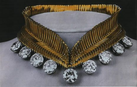 Van Cleef & Arpels necklace made of gold for Lilian, Princess of Réthy, the second wife of King Leopold III of the Belgians. She attached the big diamonds from the Nine Provinces Tiara in the necklace