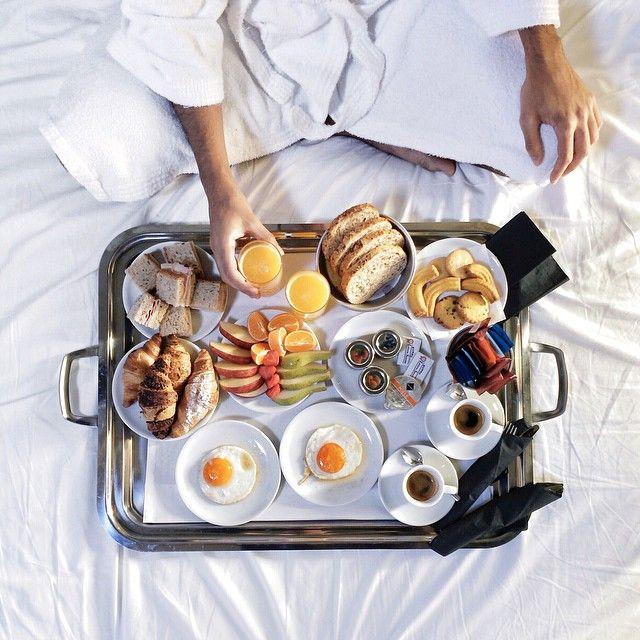 Ein Frühstück im Bett ist immer eine gute Idee! Besonders dann, wenn sich auf dem Tablett so köstliche Sachen befinden wie hier. Ausgewählte Produkte für Deinen Frühstückstisch kannst Du hier online bestellen: https://gegessenwirdimmer.de/produkt-kategorie/brot-cerealien-und-aufstriche/
