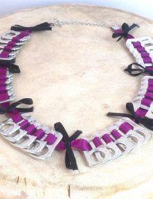 Collana in linguette di lattine intrecciate in nastro viola e fiocchi neri. Di The Green Carousel. Barbara Botticchio