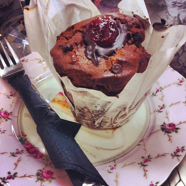 Vegan Muffin: Bitter chocolate & strawberry marmalade