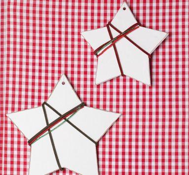 Holzsterne mit Wildlederband und Miyukiperlen verziert. Eine Anleitung für Weihnachtsdeko von Glücksfieber Perlen.