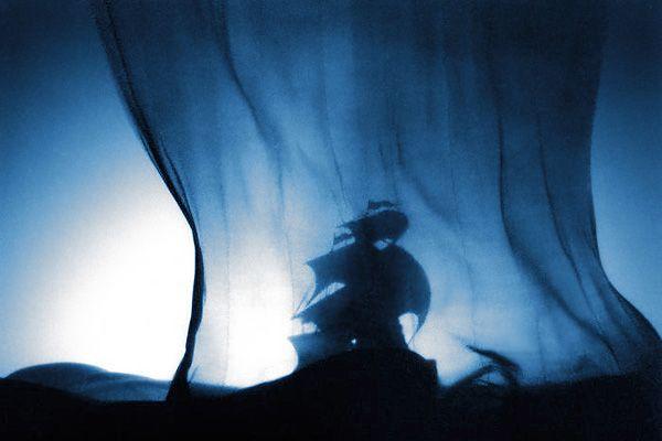 Il tipo di seta scelto da Luciano Damiani per l'allestimento divenne un classico della scenografia e fu da allora denominato, nel catalogo Peroni, con il nome di questo celebre allestimento del Piccolo Teatro.