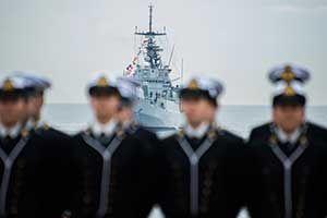 La fregata Maestrale della Marina Militare rende omaggio al giuramento dei cadetti dell'Accademia Navale di Livorno