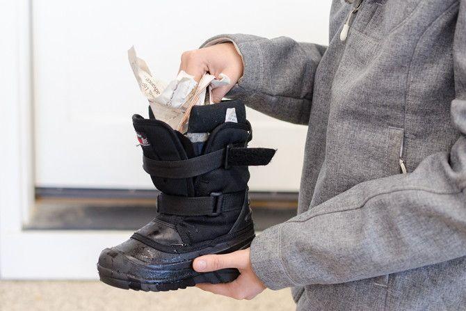 Mettez du papier journal dans des chaussures humides pour absorber rapidement l'humidité