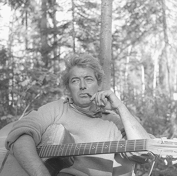 Félix Leclerc (1914-08-02 – 1988-08-08). Originaire de La Tuque, il a commencé sa carrière comme rédacteur et collaborateur à plusieurs séries radiophoniques, mais c'est toutefois en tant que chansonnier qu'il a marqué le Québec. Devenu une vedette en Europe au début des années 1950, il est revenu au Québec couvert de gloire. Il a marqué l'identité collective des Québécoises et des Québécois. Photo : Bibliothèque et Archives Canada, Devlin-Belaieff-Jousse 1957 - Domaine public #patrimoine