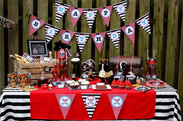 Perfect pirate sweets table! Love the treasure chest and wood crate to add effect!