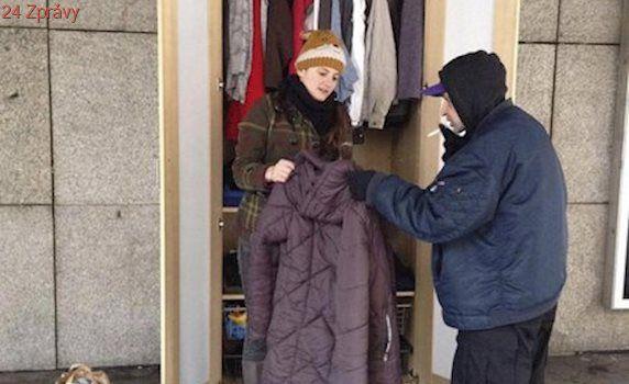 Bezdomovci Karlovi byla zima: Teplé oblečení sehnal ve skříni u Národního divadla