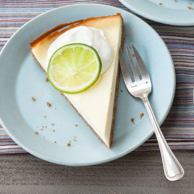 Die Hauptzutat beim Cheesecake ist Doppelrahmfrischkäse. Hier bekommt er durch Limettensaft seinen feinen Geschmack.