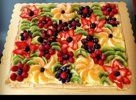 """Geometriche, rotonde, quadrate, a spirale, """"ammucchiate"""" e romatinche, a forma di numero per festeggiare un compleanno: le crostate di frutta più belle!"""