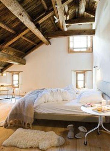Slaapkamer met prachtige houten balken en plafond