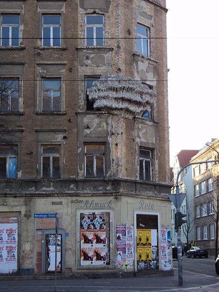 Jáchym Fleig: Population. Laminatgips, Trittschalldämmplatte 312 x 103 x 188cm, Ausstellungsprojekt tempart, Halle (Saale), an einem verlassenen Haus in der Merseburgerstraße