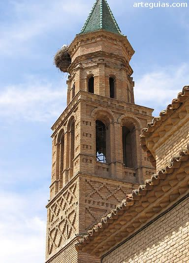 La iglesia Mudejar de Mediana de Aragón tiene un campanario de ladrillo del siglo XVI con dos bonitos arcos para las troneras de las campanas y decoración a base de rombos.