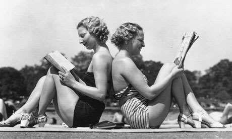"""""""Γλυκιά μου, θέλω να σου στείλω βιβλία, πολλά βιβλία. Αλλά δεν ξέρω τι έχεις διάθεση να διαβάσεις αυτή την εποχή. Μυθιστόρημα, Ποίηση; Πες μου.  Σε φιλώ πολύ,   Ρίτα.''(Δε μ'αγαπάς. Μ'αγαπάς, Φωτεινή Τσαλίκογλου.)  Πηγή http://www.exostispress.gr/Article/Talktalk--mia-erotisi-polles-apantiseis-0%207#ixzz37EV8vUXF"""