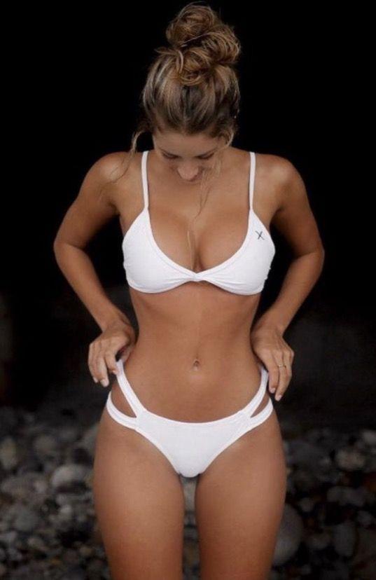 Witte bikini met cutt-outs op de heupen, die net even iets extra's geven!