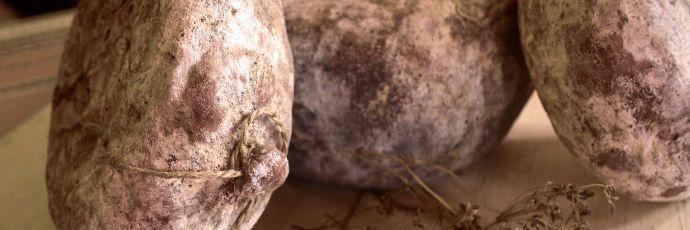 Meruche - La preparazione del meurche è laboriosa e richiede molta pazienza.  Le parti più nobili del maiale – lardo, coscia e spalla – vengono tagliate grossolanamente al coltello in dadi di circa un centimetro e, successivamente, mescolate con sale e pepe, e varie spezie come cumino, semi e foglie di aneto seccate, e coriandolo. L'impasto è poi insaccato nella vescica e nello stomaco di maiale, ottenendo salumi che arrivavano fino ai due chilogrammi.