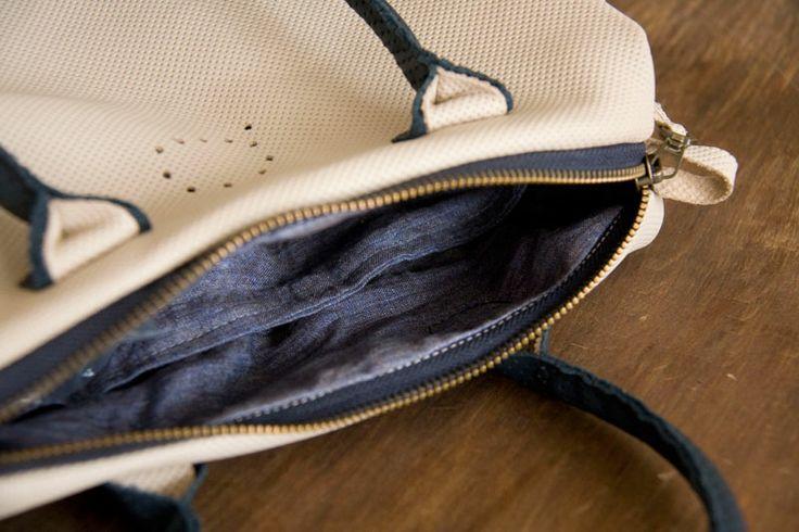 Średniej wielkości torebka kuferkowa z perforowanej skóry w kolorze kości słoniowej. Wewnątrz szlachetna podszewka w stalowo-granatowym kolorze, 100% len!  #ivory_bag #spring_bag #handbag #linen