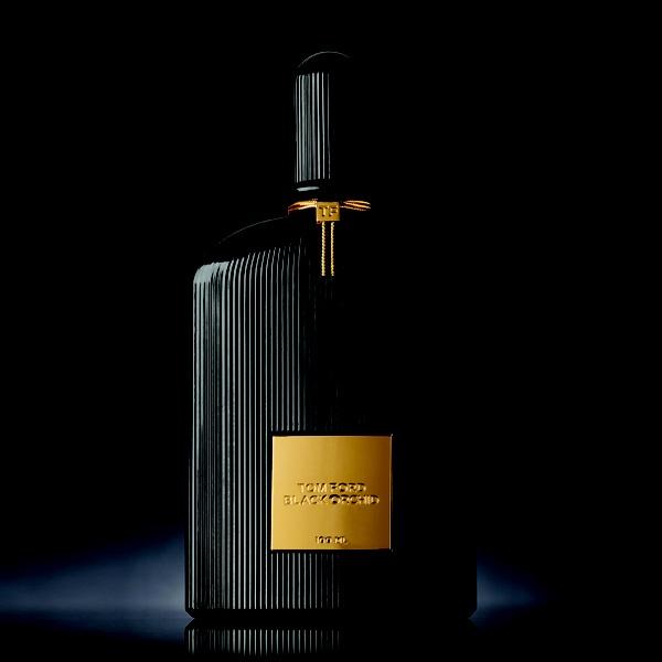 Tomford black orchid > 블랙과 골드가 보여주는 강렬하고 비밀스러운 향 >    2006년 디자이너 Tomford가  Estee lauder와 손잡고 '톰 포드 뷰티 컬렉션'으로 선보인 첫 향수  black orchid.  향수병 은 본인의 이미지를 투영시킨 듯  관능적인 느낌으로 디자인되었다. Orchid는 Tomford가 좋아하는 향인 바닐라를 베이스노트로 첨가해 독특한 향을 내뿜는데 Tomford가 가지고 있는 에로티시즘과 데카당트함의 경계를 자유자재로 넘어들면서 매력적인 향을 선사한다.    TOPNOTE : black truffle, ylang-ylang, bergamot,black currant,mandarin,jasmine  MIDDLENOTE : florals,fruit,lotus wood,orchid  BASENOTE : noir gourmand , patchouli, incense, vetiver,sandalwood,vanilla