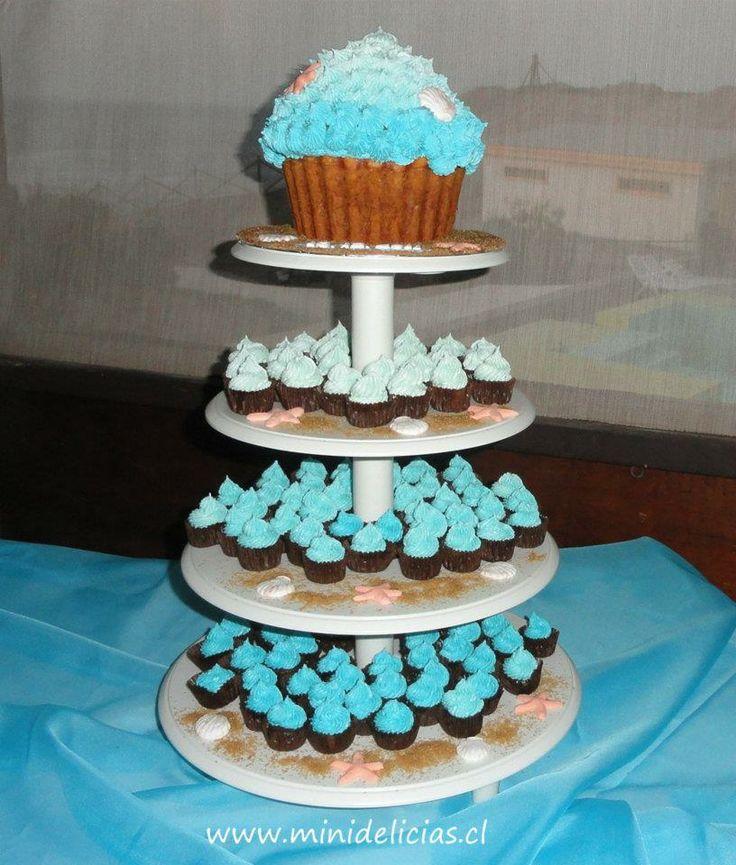 Torre de mini cupcakes con cupcake gigante estilo playa.