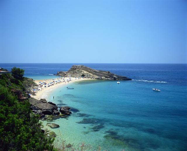 La spiaggia di Lassi, sull′isola di Cefalonia: mare turchese, spiaggia bianca e natura selvaggia (foto: Getty Images)