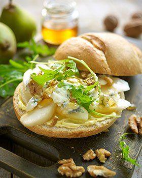 Italiaanse bol met gorgonzola, peer, honing, walnoten en rucola