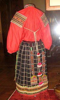 200px-Russian_folk_dress_(VMDPNI)_04_back_by_shakko.jpg (200×336)