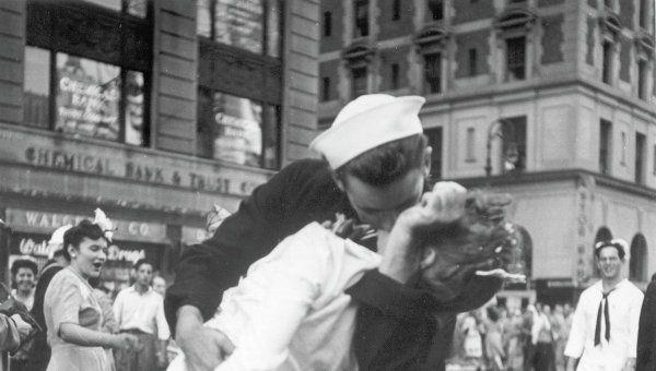 Моряк и медсестра целуются на Таймс-сквер, во время празднования окончания…