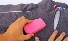 pluisjes van je kleding verwijderen met schuursponsje