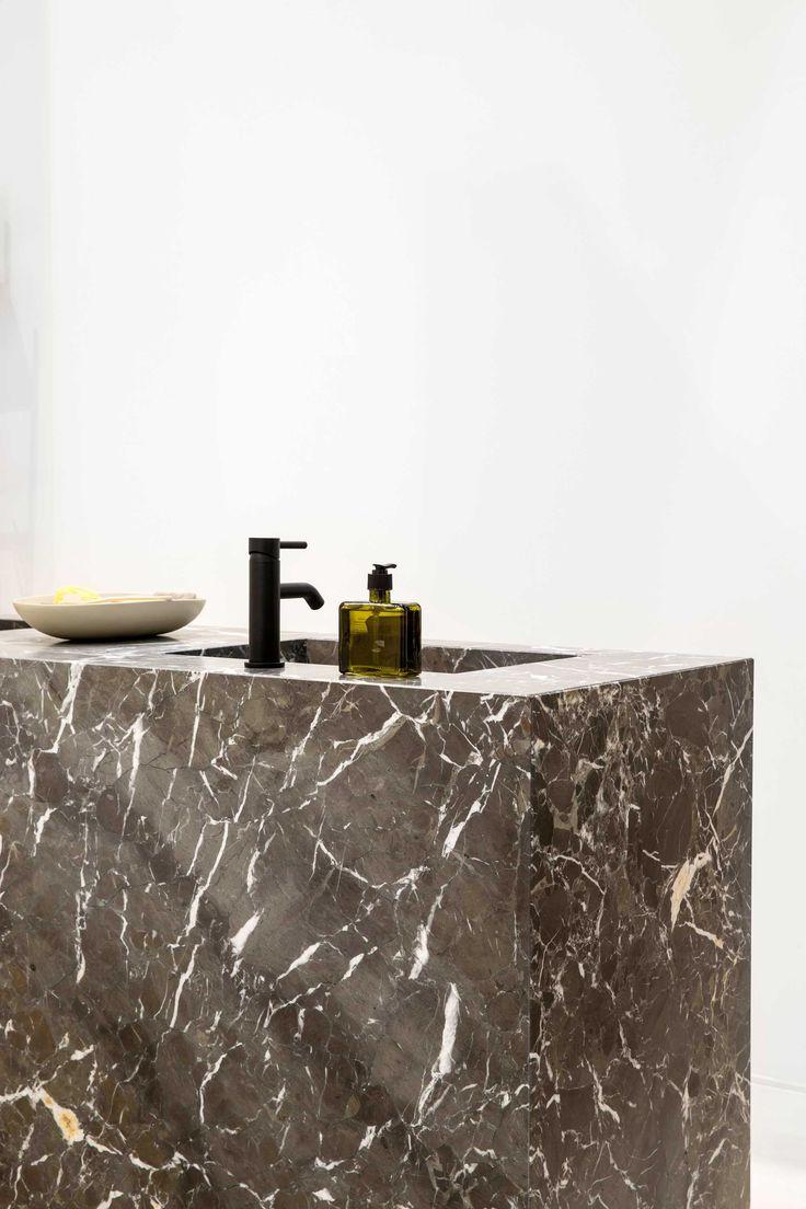 Grillo natuursteen heeft onze badkamer een eyecatcher van jewelste geschonken: een groot meubel uit trendy zwart marmer. Durf jij het thuis ook aan?