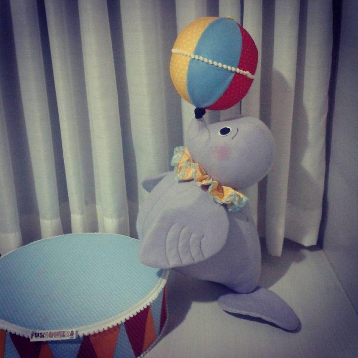 Festa Circo - Foca com a bola no nariz Esta foca muito esperta é também um porta doces, que é o tambor!  #feltro #artesanato #circo #festacirco #festaintantil #decoracaoinfantil #decoracaocirco #decoracaofesta #foca #kidsparty #partyideas
