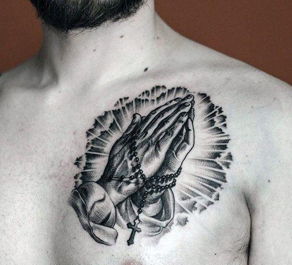 … und graue Tinte kleine betende Hände mit Rosenkranz Brust Tatto …- … und grau in …