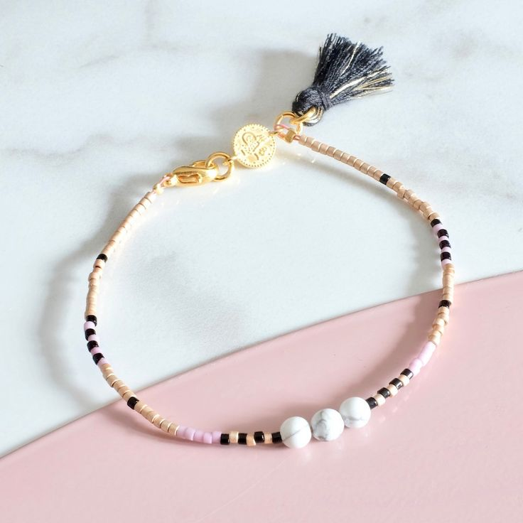 Incredibly Minimalist and so feminine, this bracelet composed of small Miyuki beads …