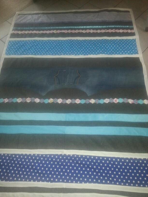 Verhuisdeken /plaid Op een verhuisdeken mooie lappen naaien...ombiezen en je hebt een mooi orgineel kado