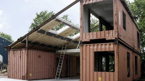 O mână de arhitecţi pricepuţi au realizat o casă mai puţin obişnuită. Casa se evidenţiază prin modalitatea de construcţie, nu prin cea a unui preţ atractiv. Structura casei este realizată din containere de transport marfă.